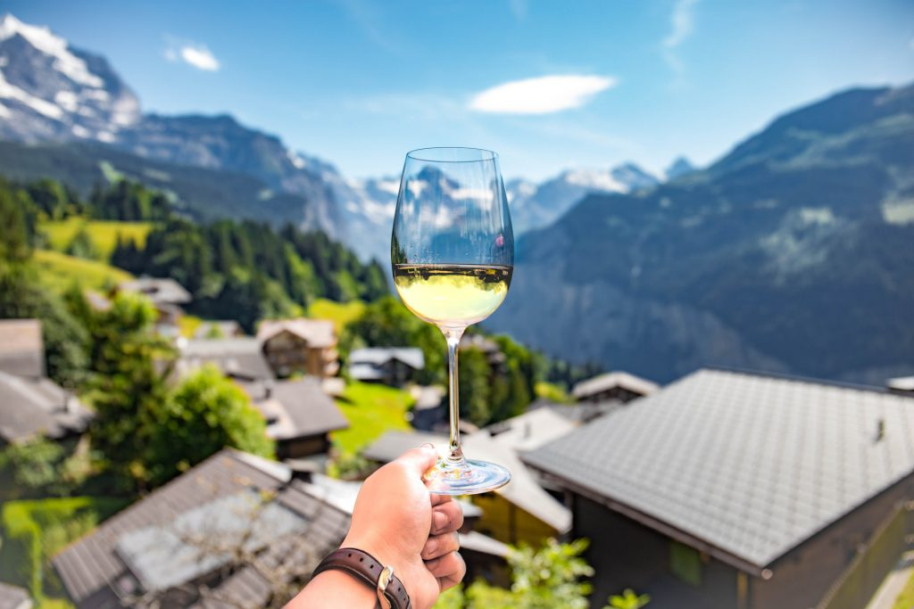 Verre de vin sur un village pittoresque en Europe