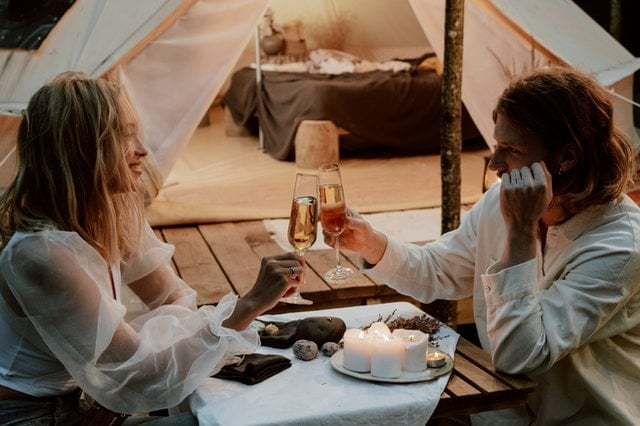 คู่รักที่ Veluwe Nature Reserve In The Netherlands Glamping Place